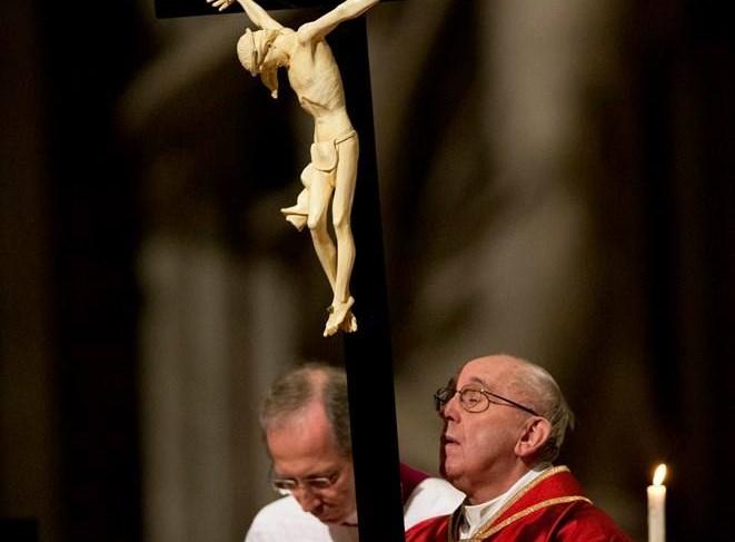 """""""La Cruz cristiana no es un adorno de la casa ni un ornamento que ponerse, sino una llamada al amor con la que Jesús se ha sacrificado para salvar a la humanidad del mal y del pecado"""""""
