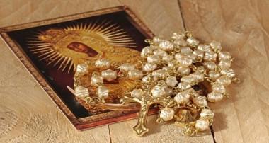 El Papa pide rezar cada día el Rosario por la Iglesia en octubre 2018